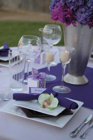 For grooms who are more sober can use mix purple to white square dishes